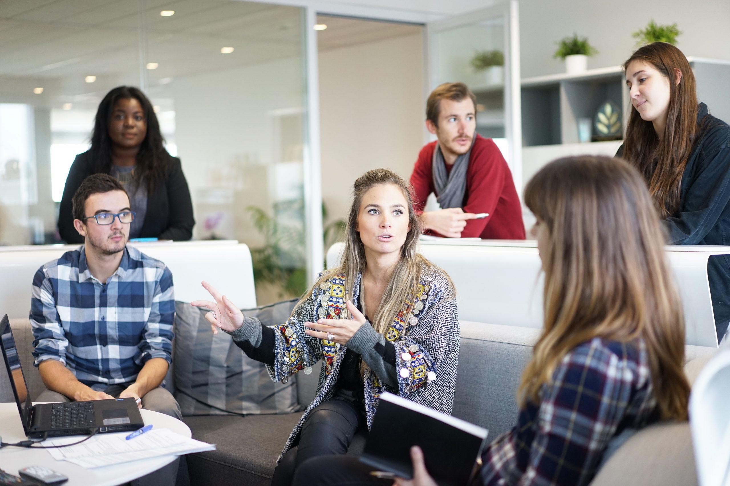 Eine Gruppe junger Menschen diskutiert fröhlich