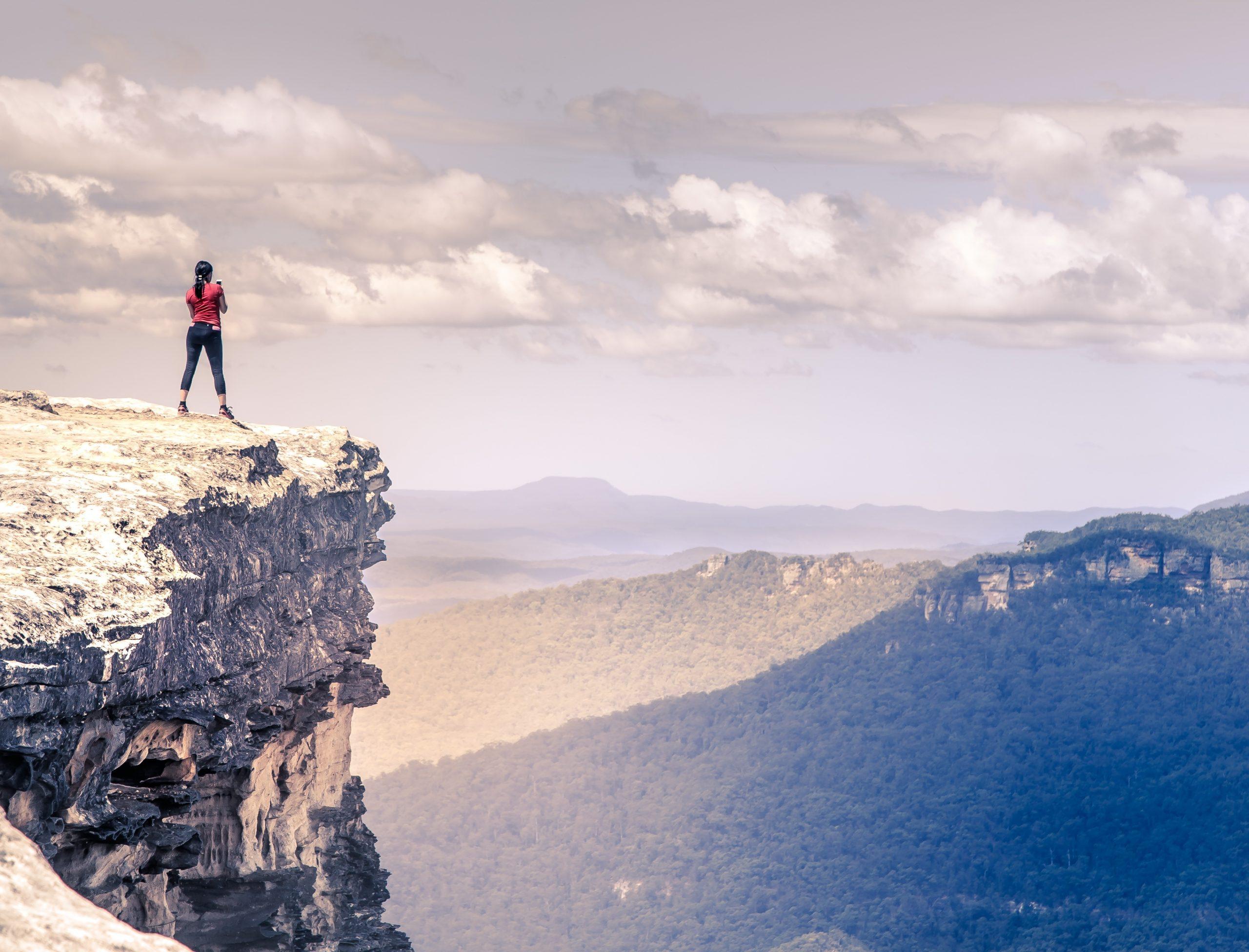Eine Person steht auf einem Berg