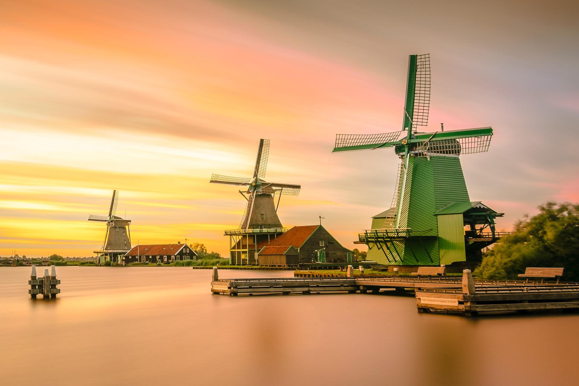 Windräder in Holland vor einem Sonnenuntergang