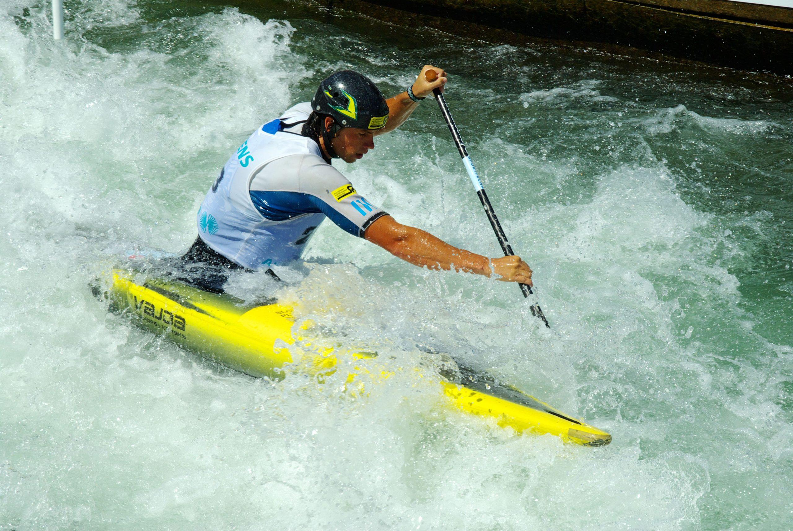 Kanu fahren verlangt Achtsamkeit: ein mann kämpft mit einem wütenden Fluss