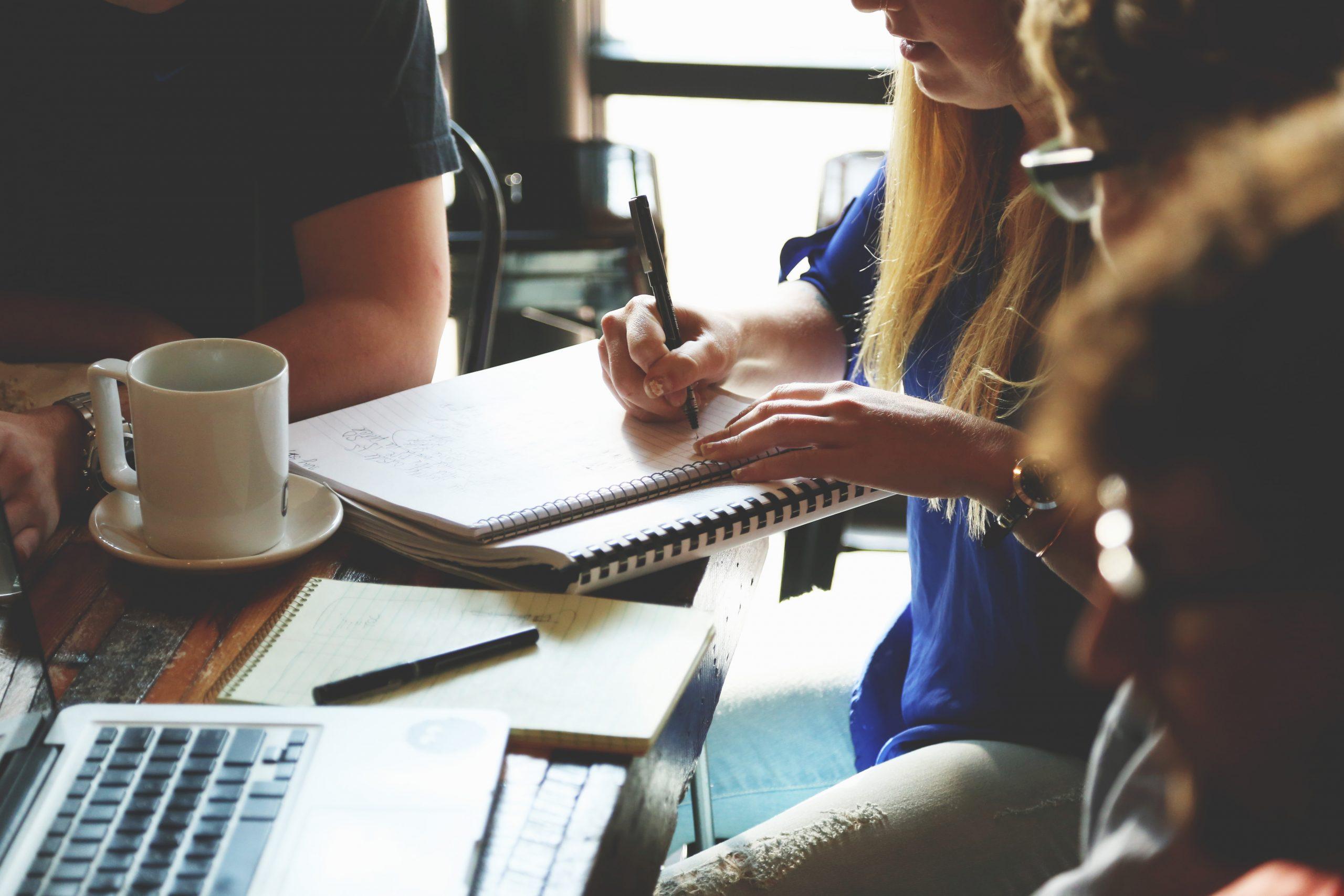 studierende arbeiten an einem tisch