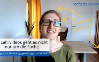 Nina Bach lächelt mit zersausten Haaren in die Kamera. Text: Ist das gut genug so? Pfeile zeigen auf die Haare, Brillenspiegelung, dunkle Ecke im Hintergrund.